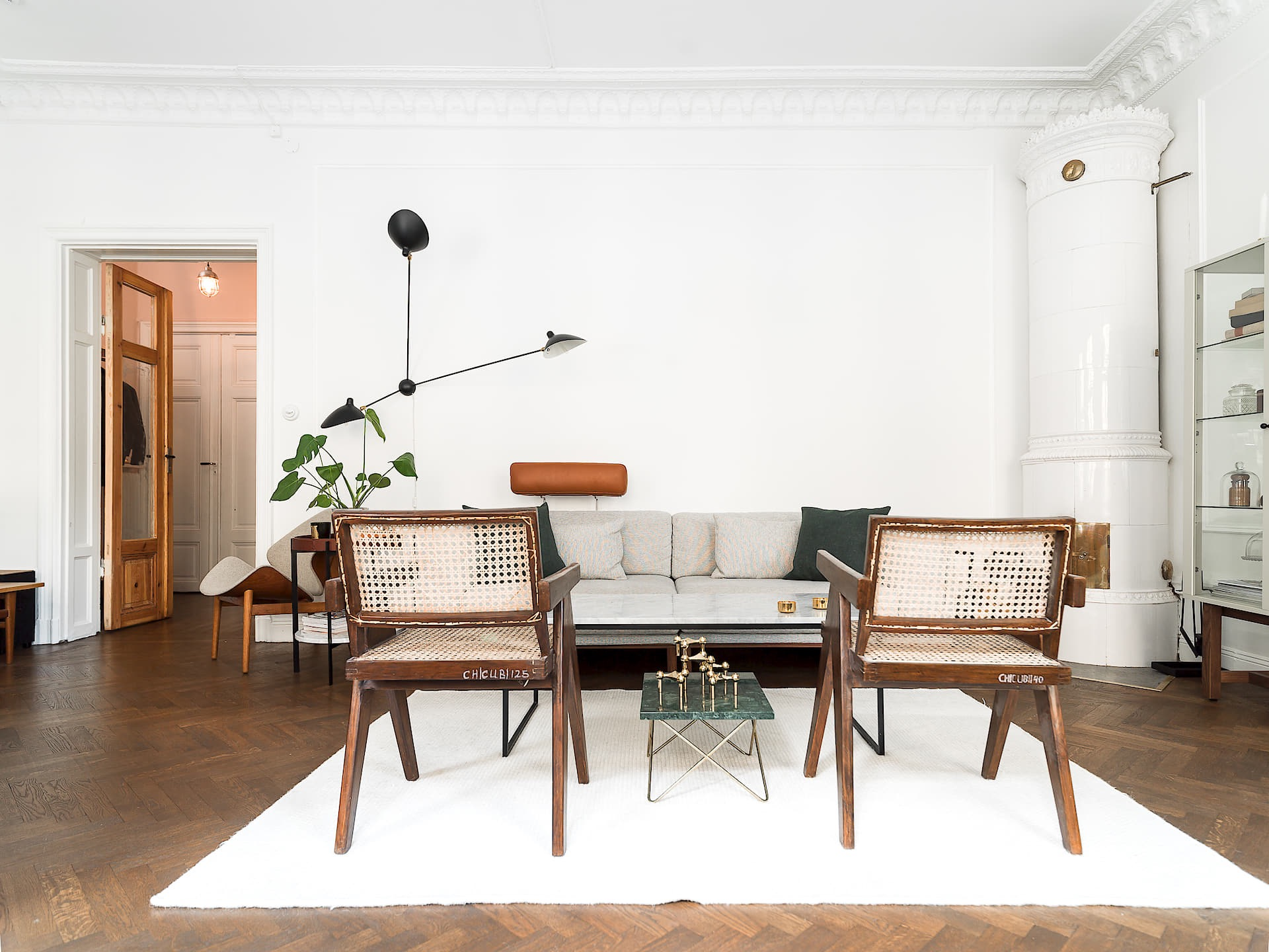 гостиная столик кресла диван печь