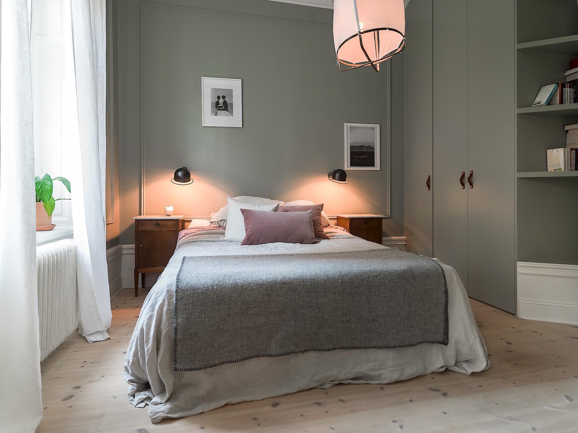 спальня кровать подсветка высокий белый плинтус
