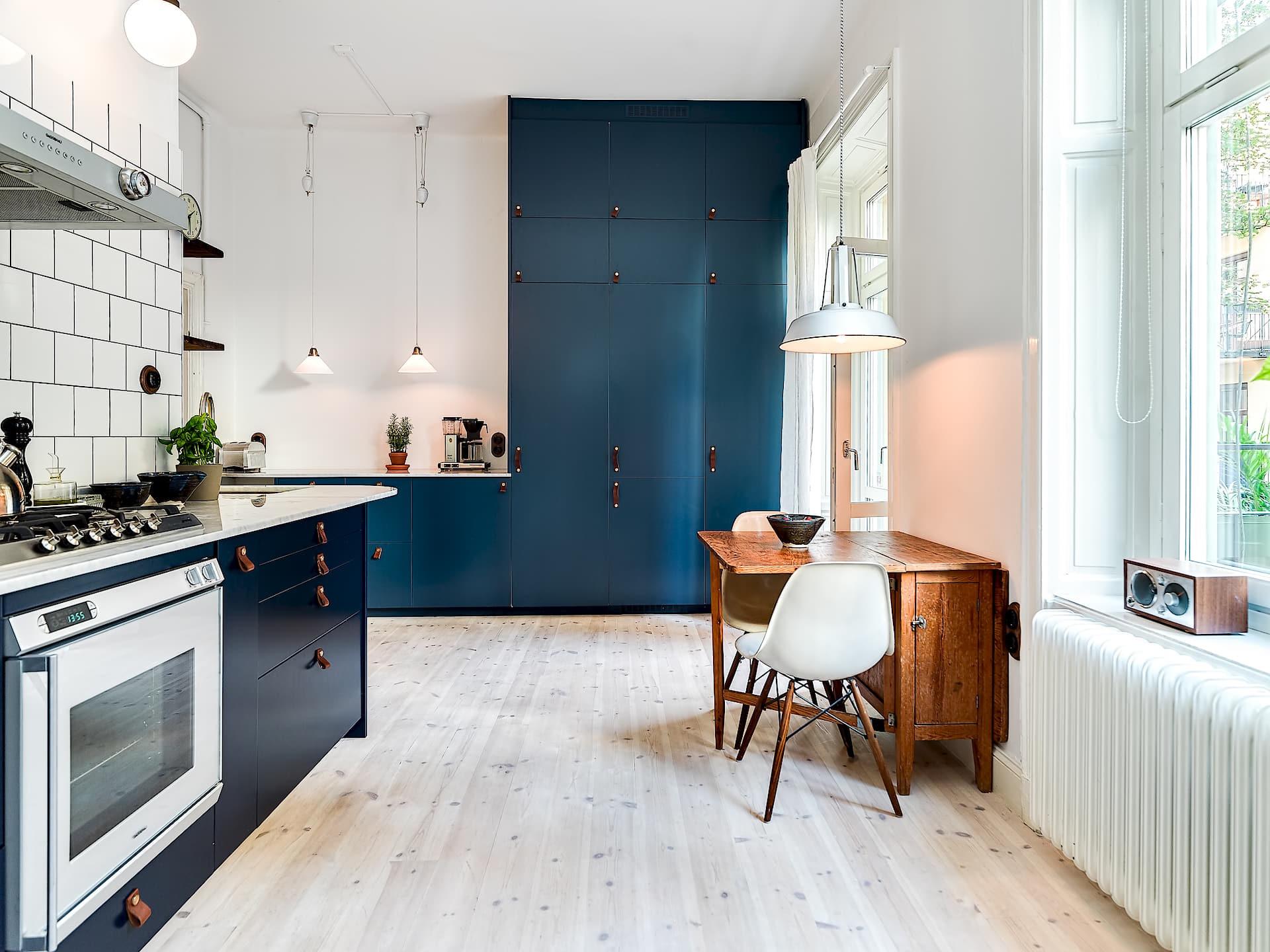кухня фасады синий индиго столешница мрамор высокие шкафы
