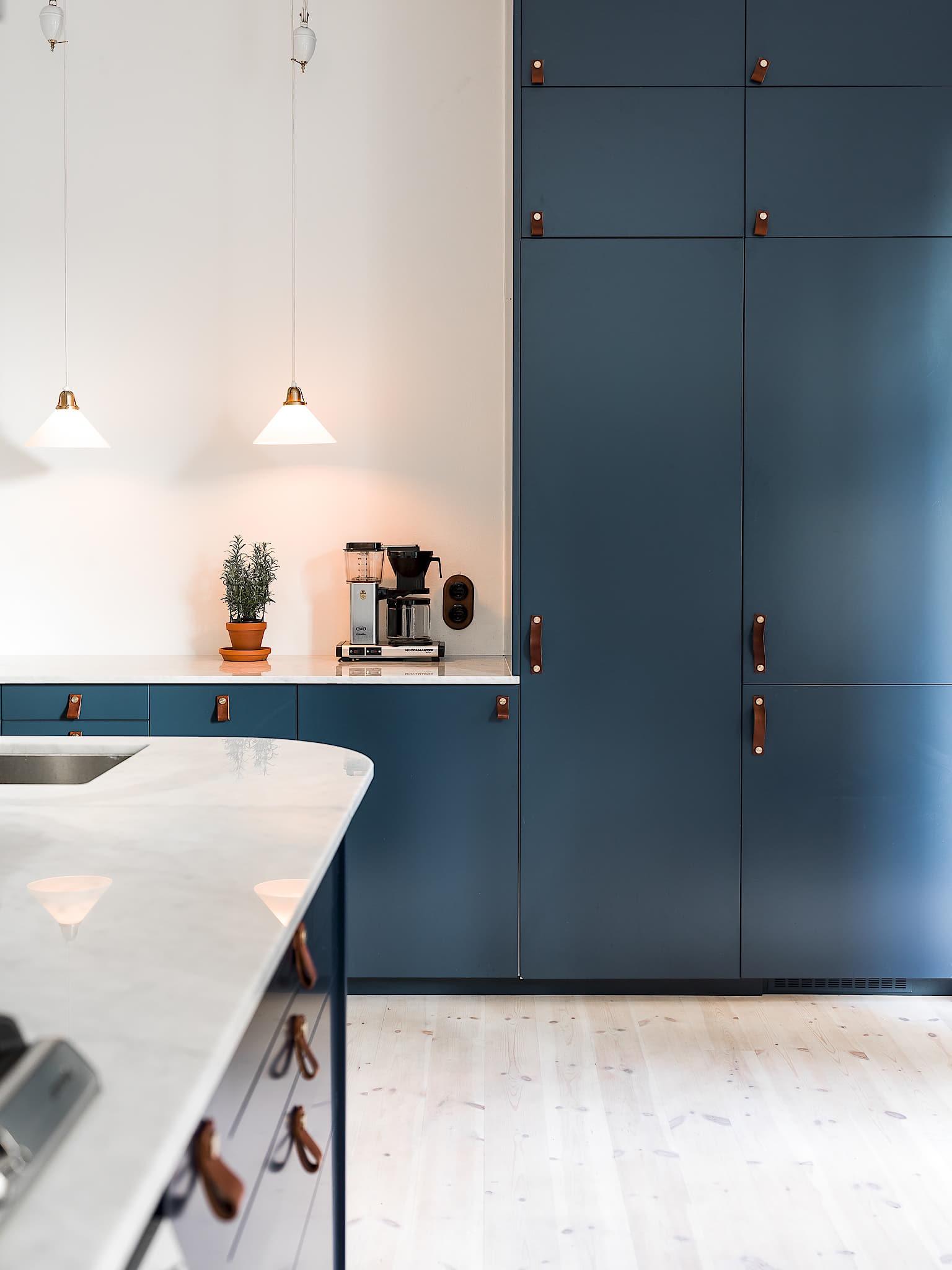 кухонные высокие шкафы подсветка