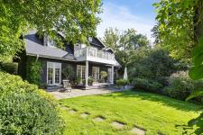 деревянный дом веранда газон