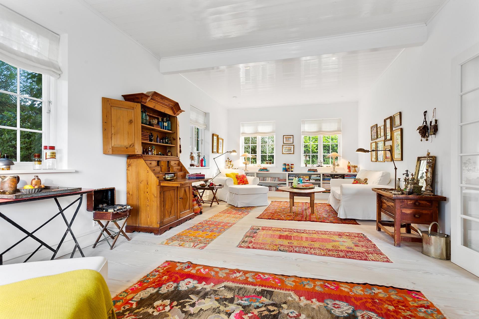 гостиная белая мягкая мебель ковры килим римские шторы