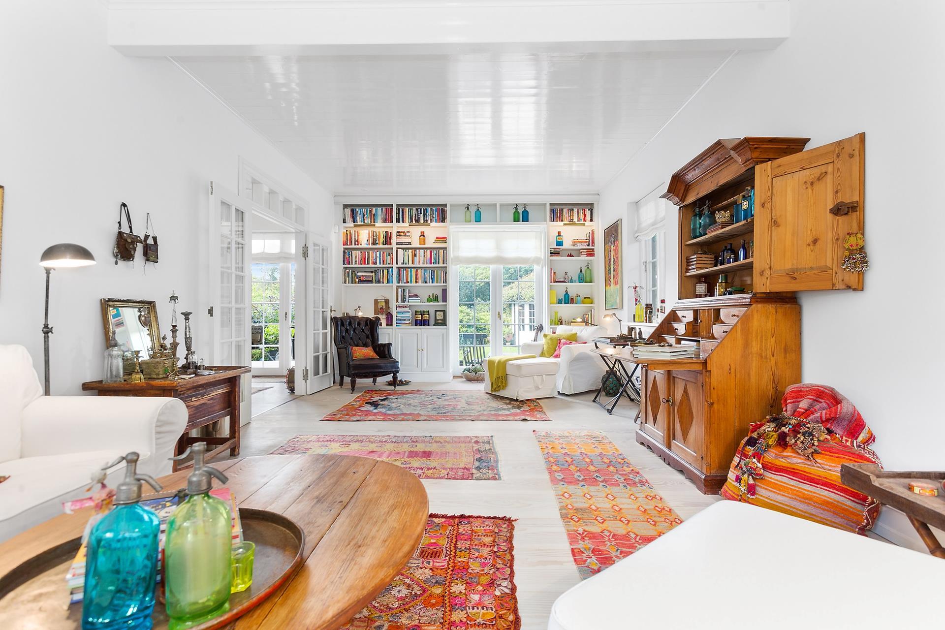 книжный стеллаж гостиная деревянный пол ковер килим