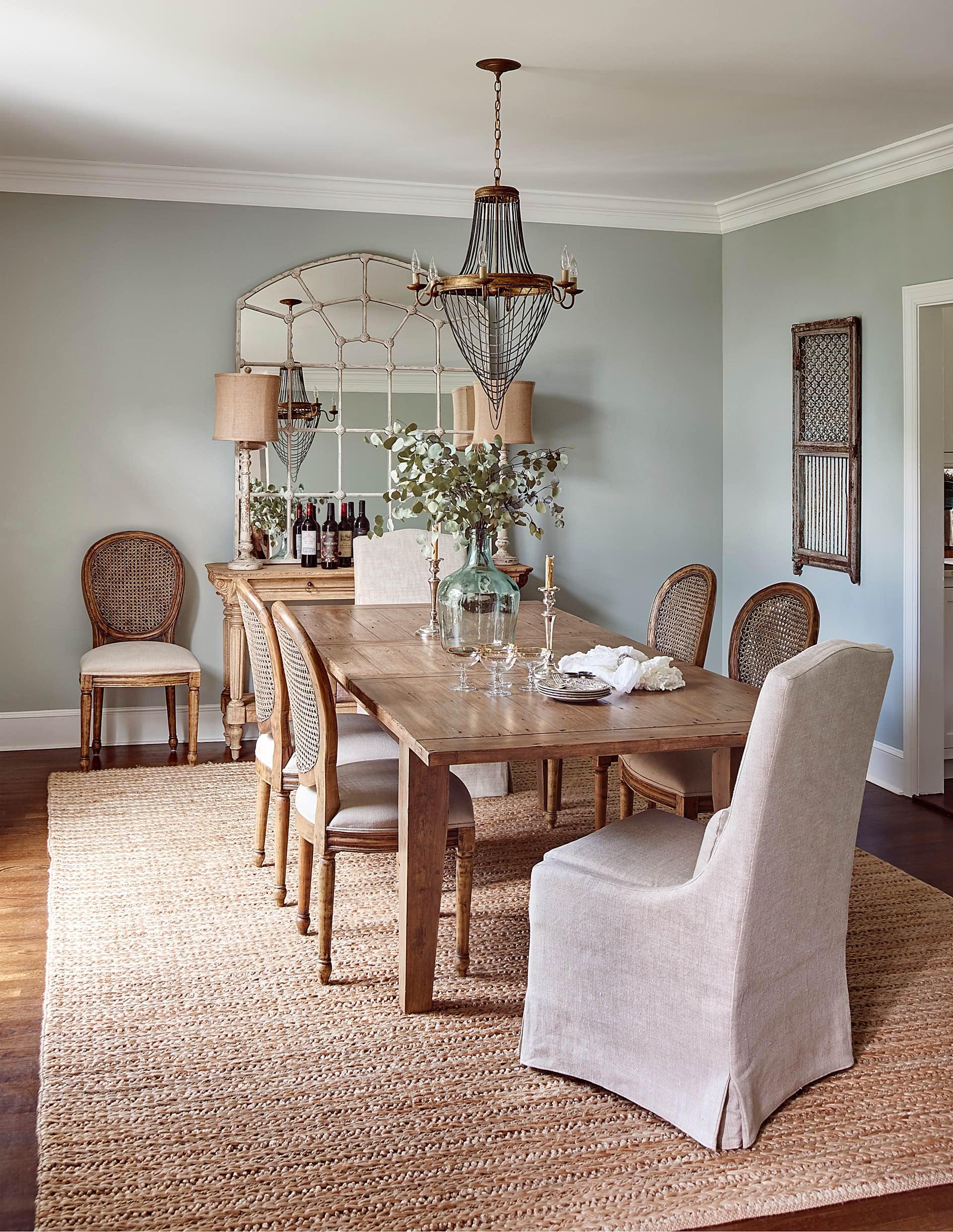обеденный стол стулья хрустальная люстра зеркало консоль