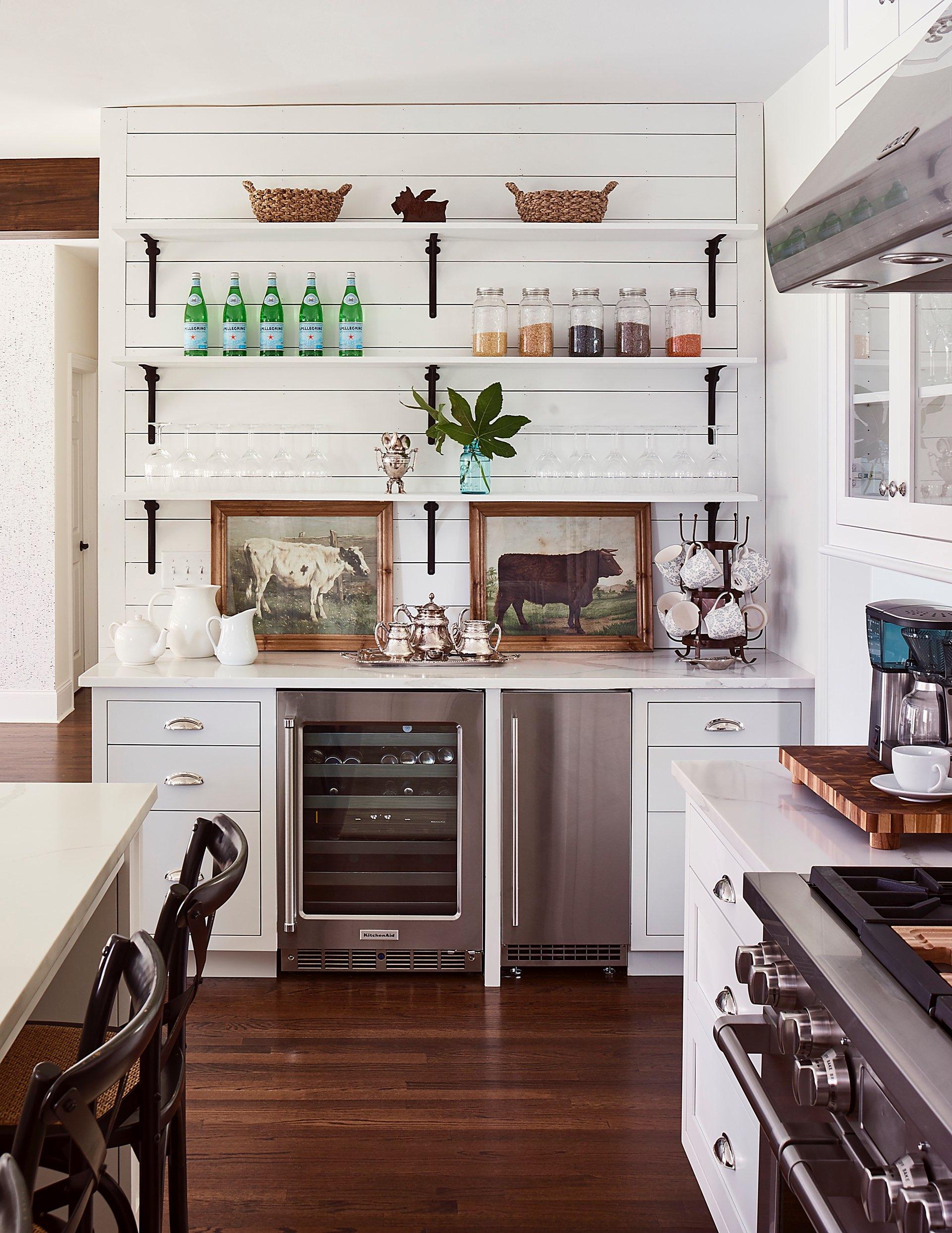 кухня полки винный шкаф посуда плита вытяжка