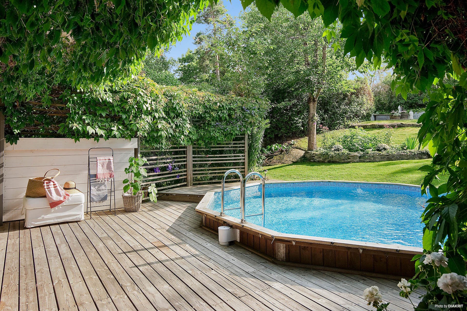 бассейн деревянный настил газон
