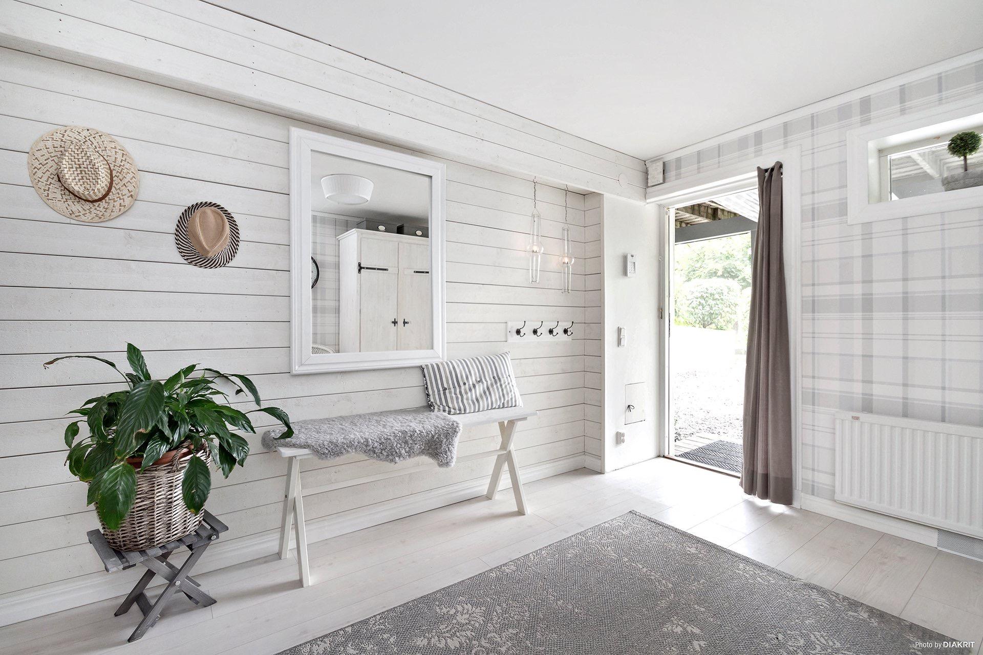 прихожая коридор входная дверь консоль зеркало ковер белый пол