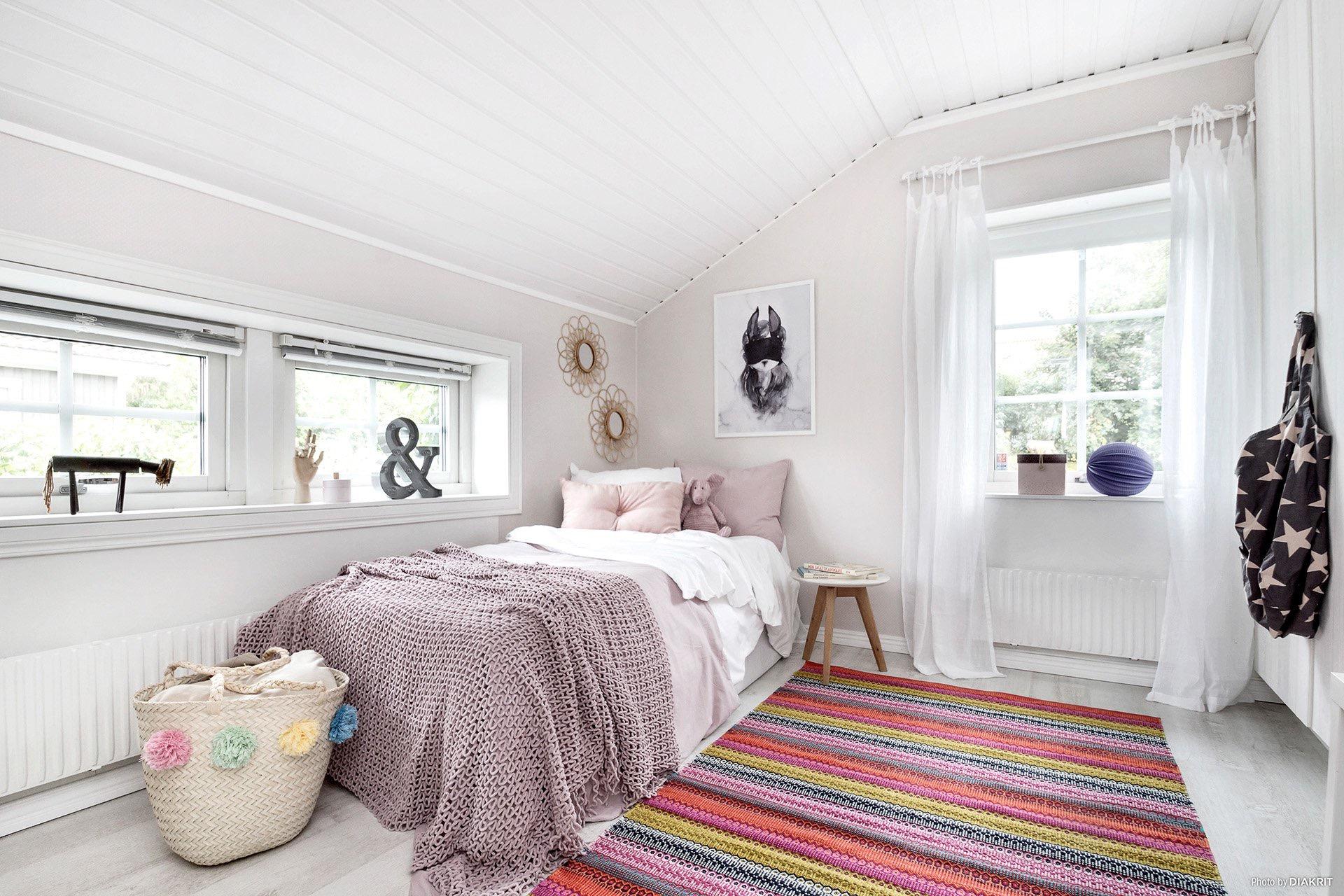 мансарда спальня кровать