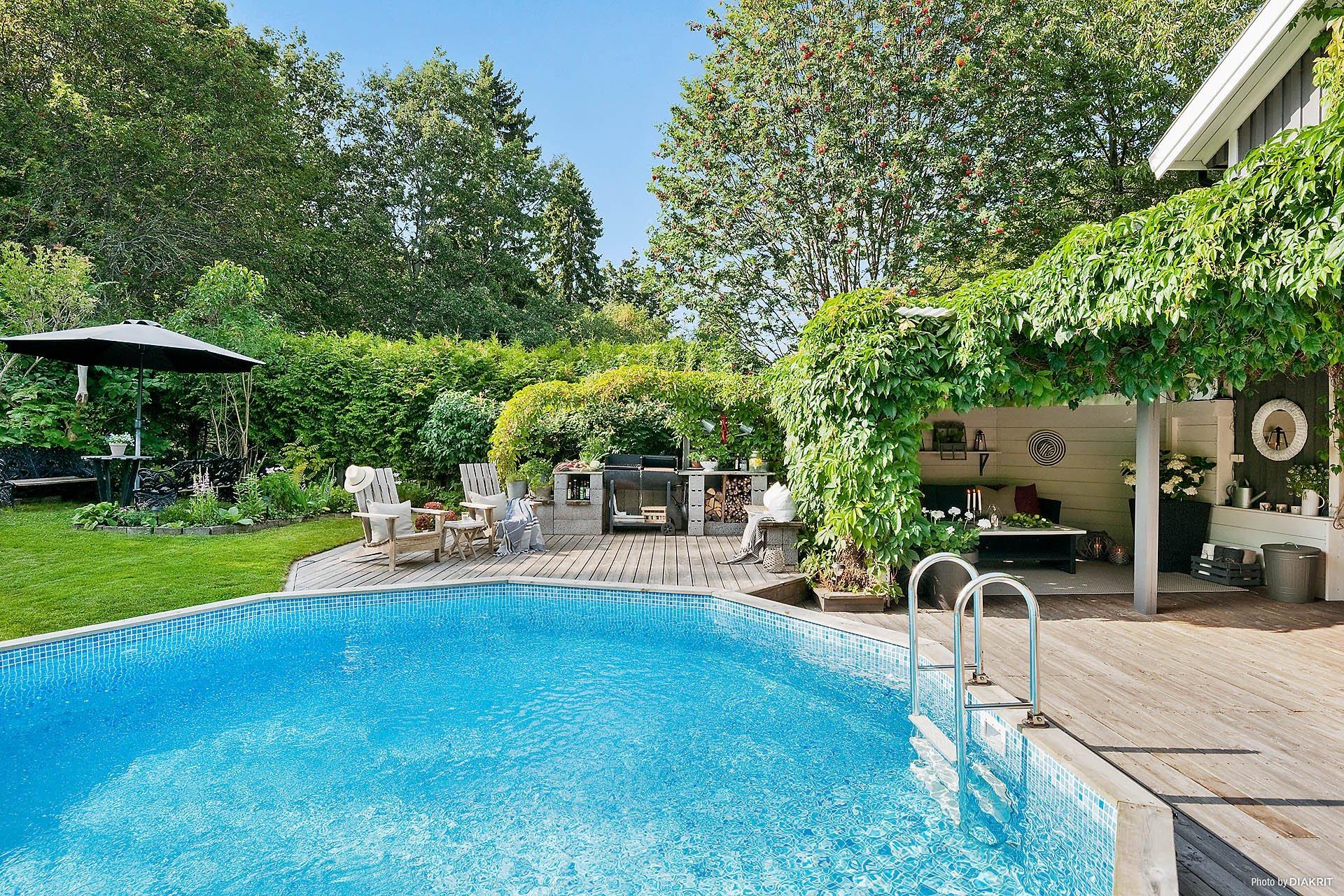загородный дом бассейн деревянный настил терраса гриль
