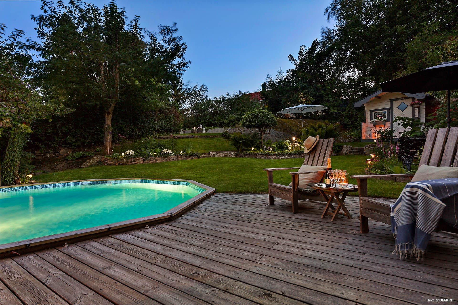 загородный дом вечернее освещение бассейн