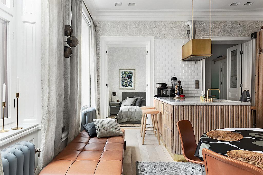 кухня деревянные фасады столешница мрамор белая плитка кабанчик кухонный остров вытяжка
