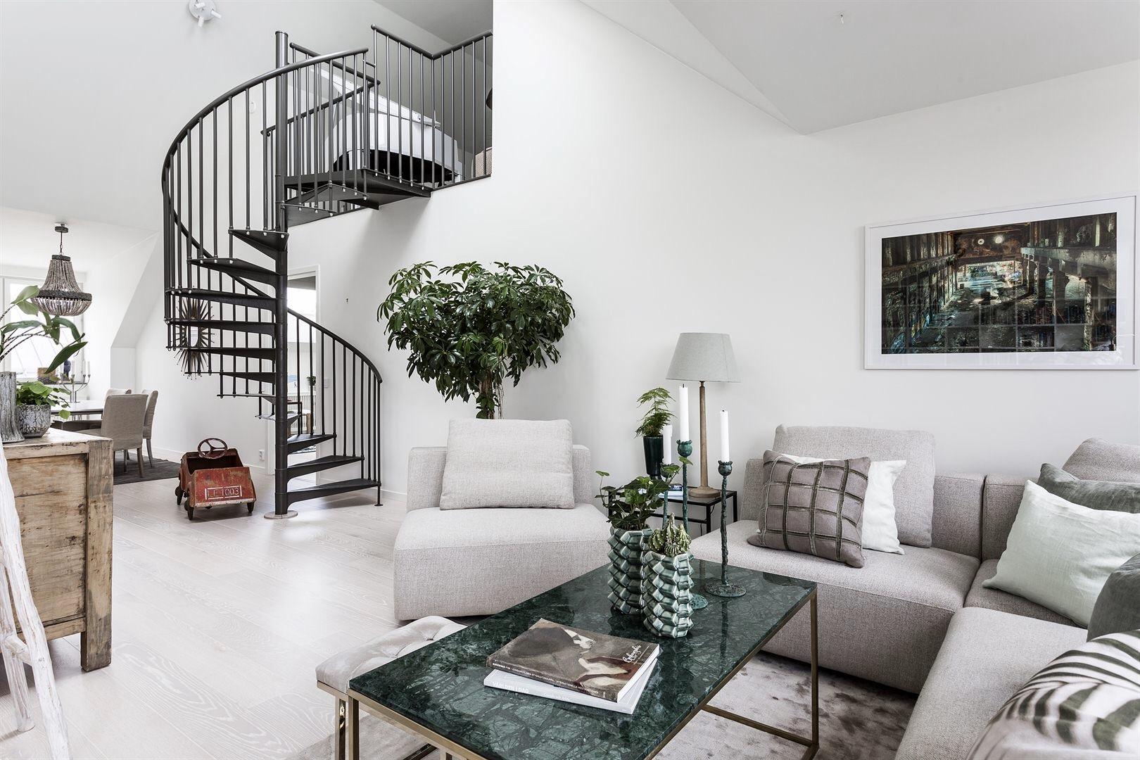 двухуровневая квартира высокий потолок винтовая лестница металл гостиная