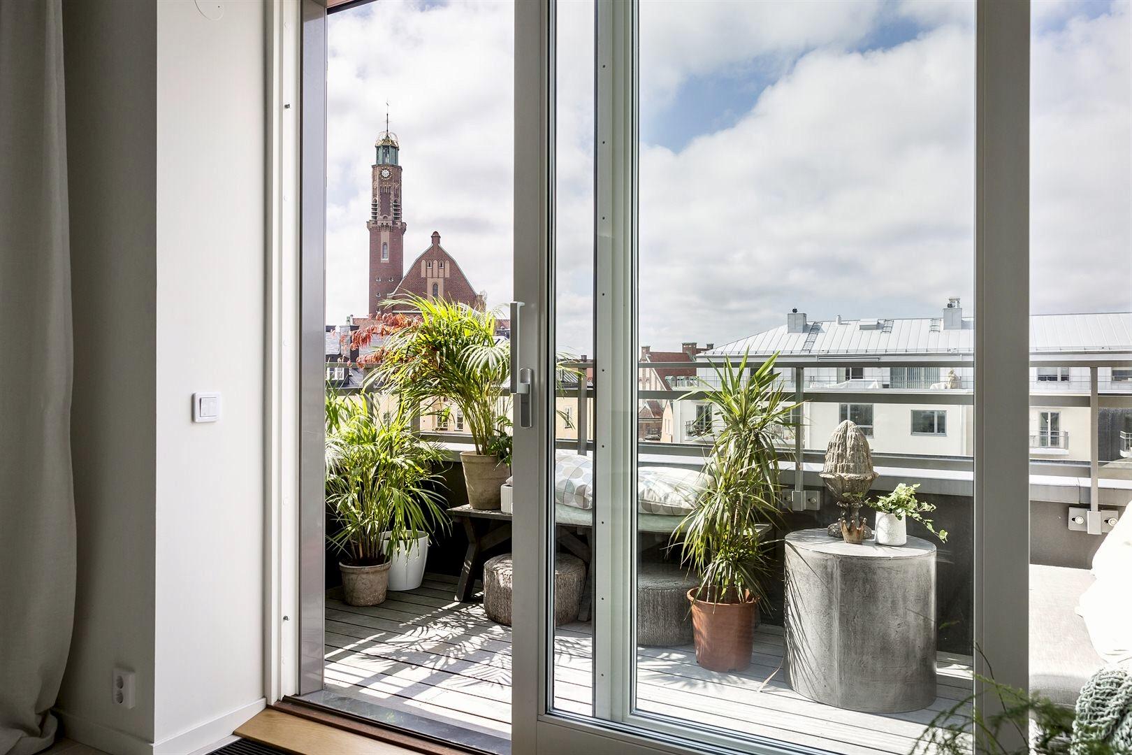 раздвижные стеклянные двери балкон деревянный настил цветы