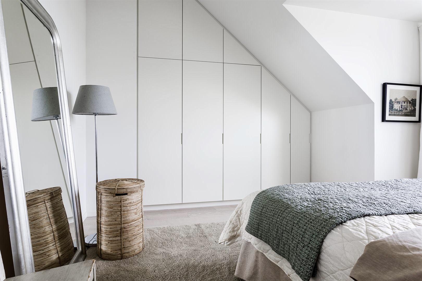 мансарда белые стены светлый пол спальня встроенный шкаф напольное зеркало торшер корзина
