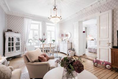 гостиная обои лепнина деревянный пол кресло комод шкаф витрина обеденный стол хрустальная люстра