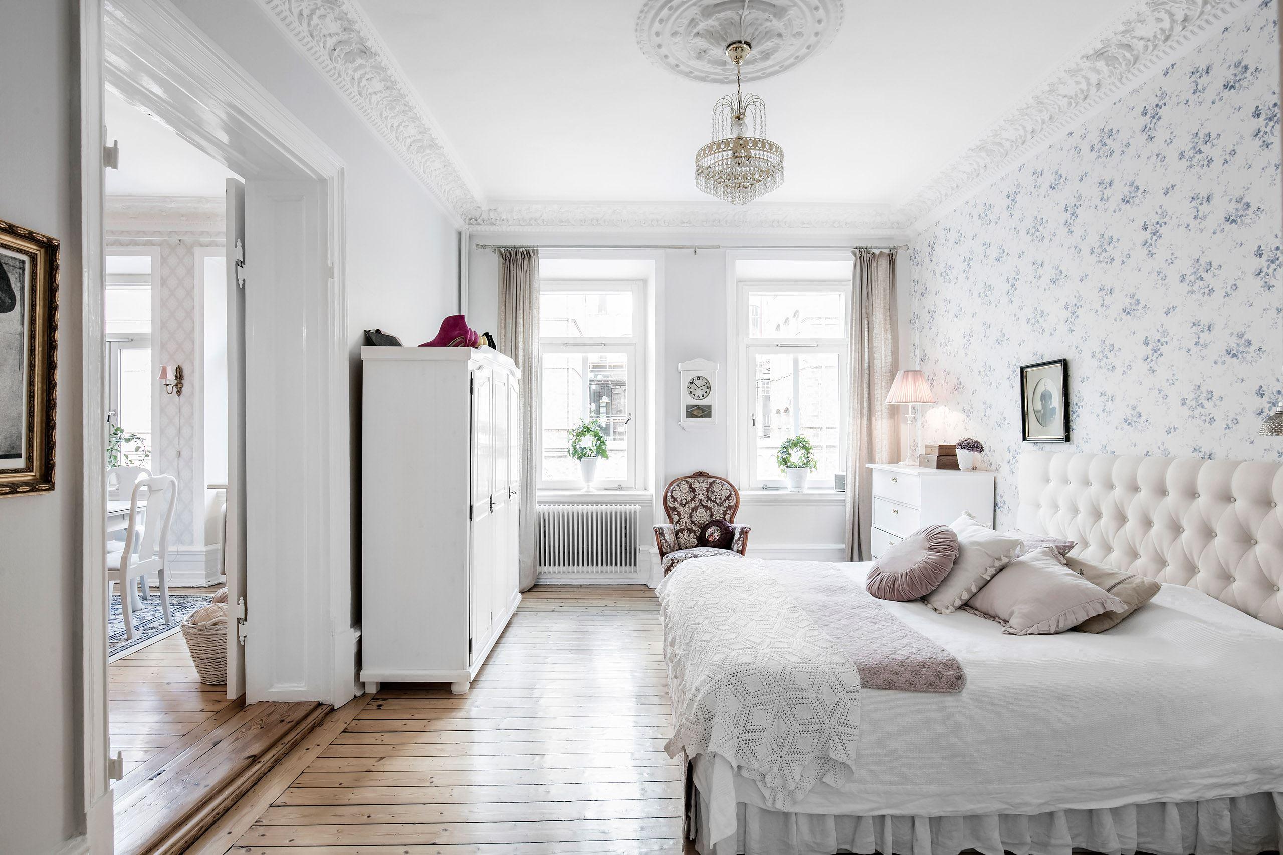 спальня кровать текстиль изголовье с утюжками обои лепнина потолочный карниз розетка