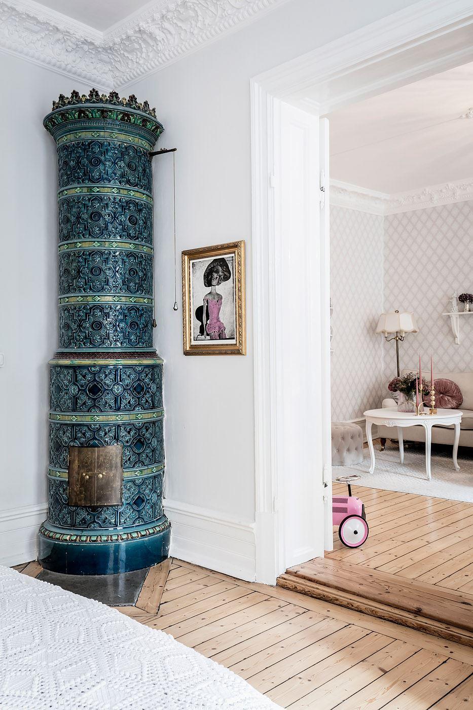 дверной проем плинтус наличники порог скандинавская израсцовая печь