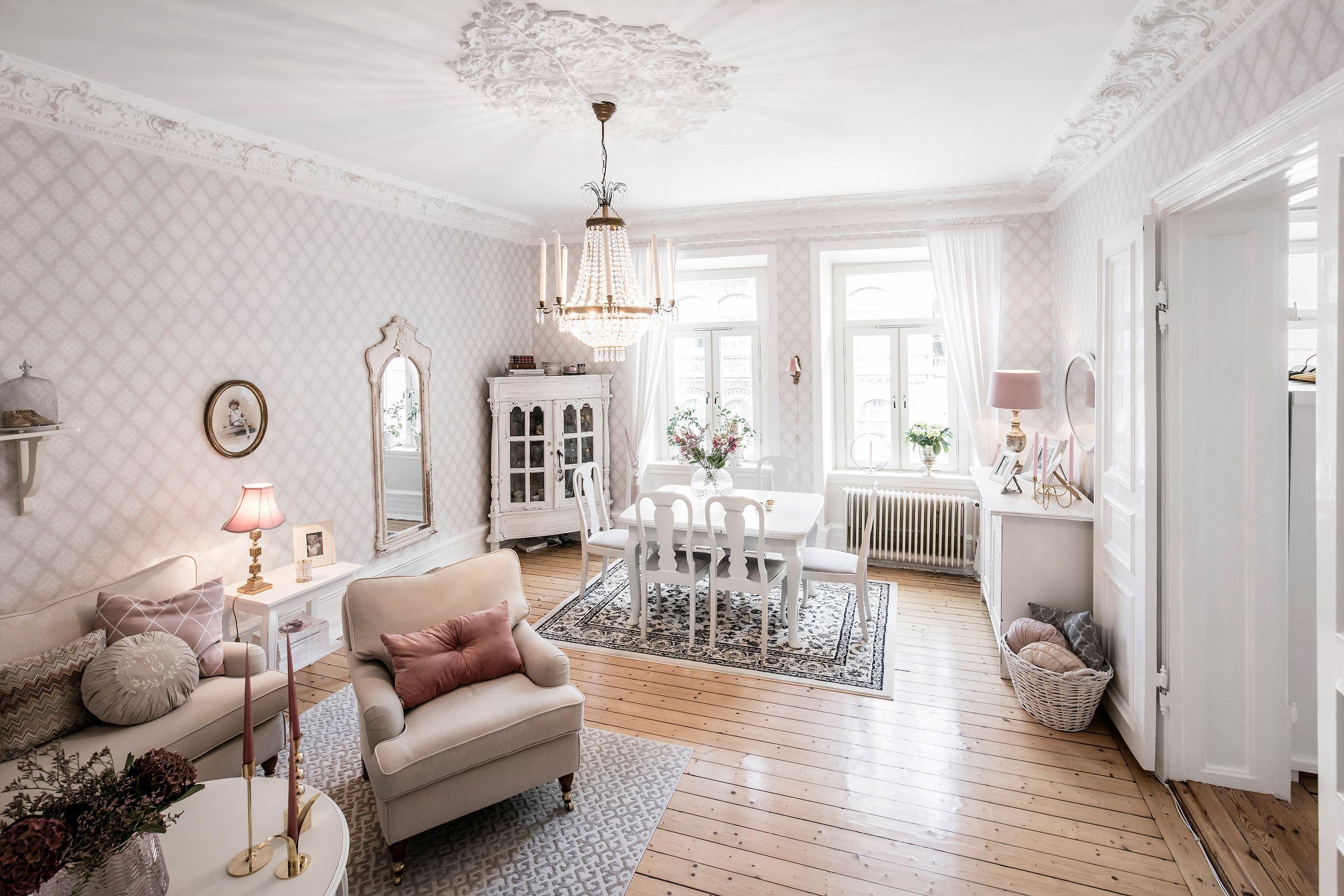 гостиная потолок лепнина розетка люстра окно зеркало деревянный пол обеденный стол креслошкаф витрина