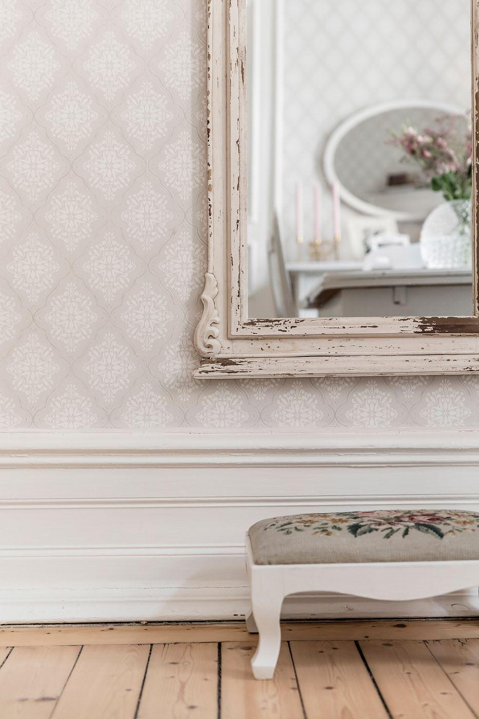 стена обои высокий плинтус настенное зеркало банкетка