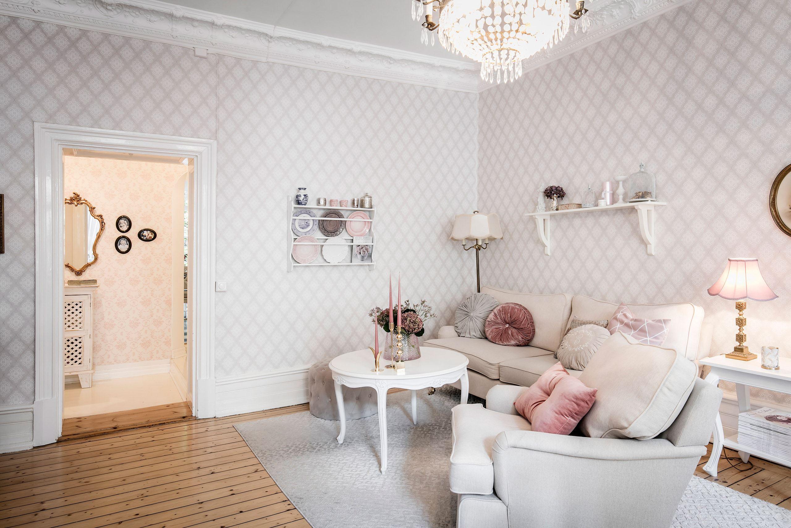 гостиная бежевая мягкая мебель обои лепнина карниз