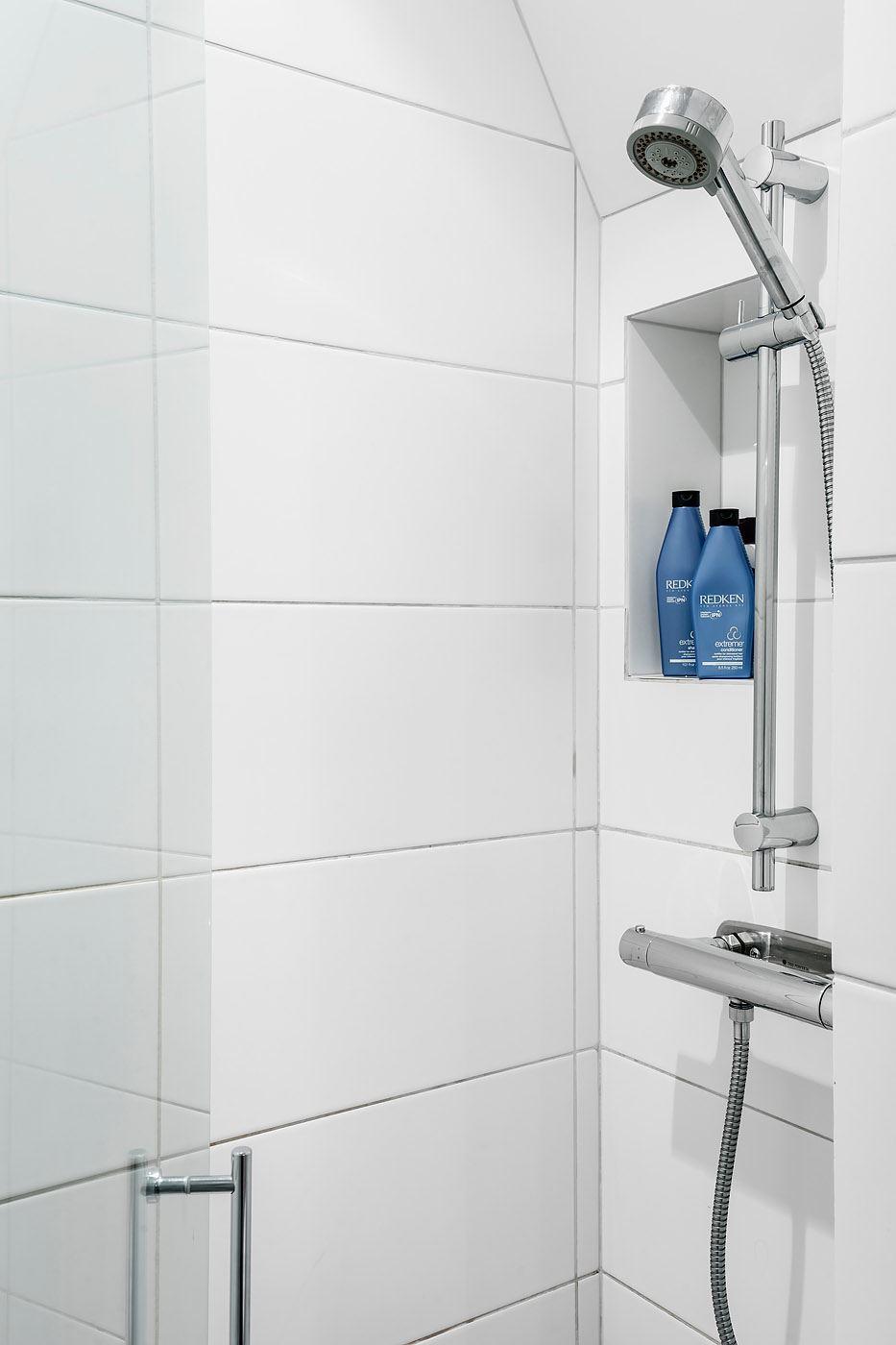 санузел душ стеклянная дверь белая плитка