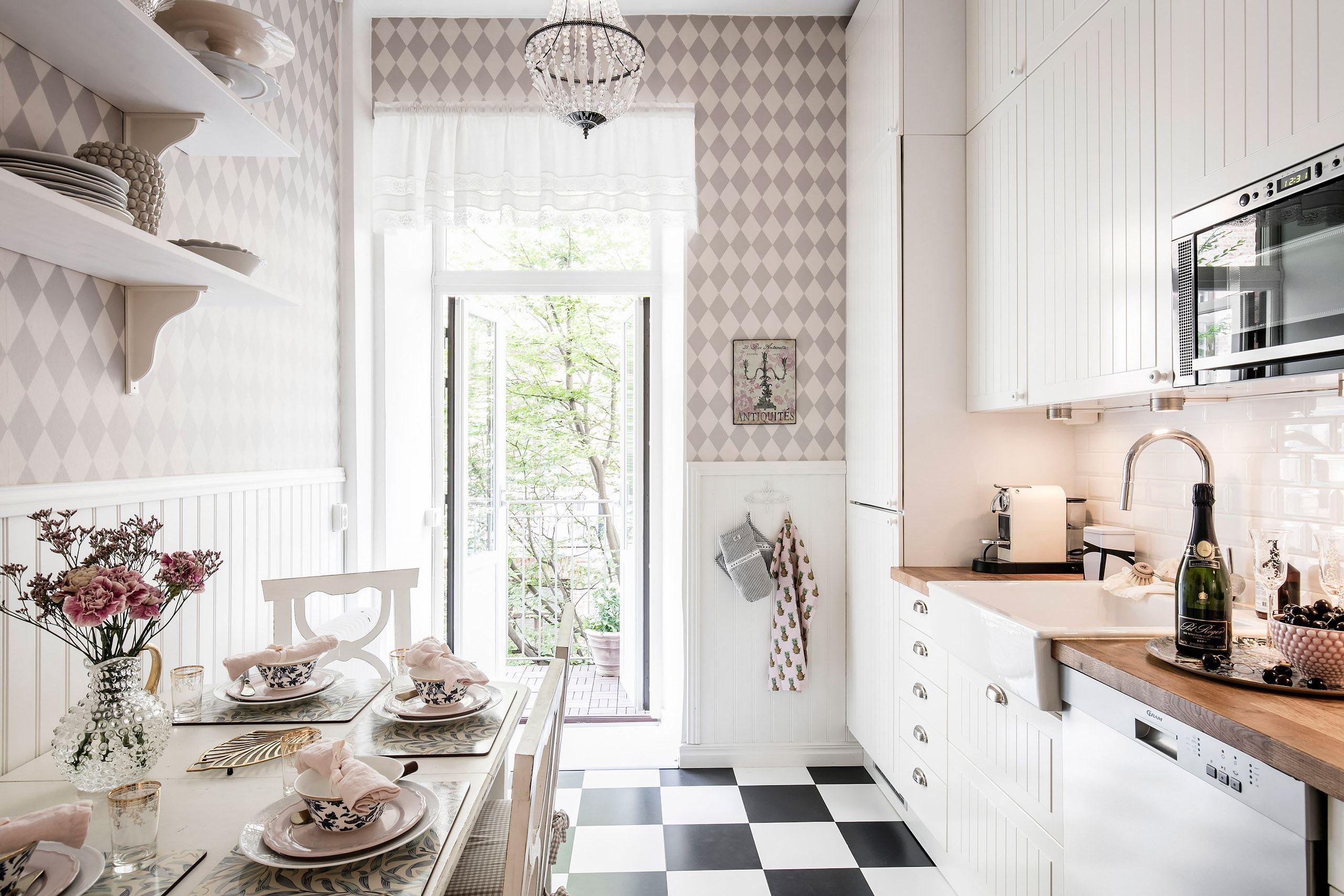 кухня белые фасады деревянная столешница накладная мойка смеситель плитка кабанчик шахматная плитка обеденный стол сервировка стеновые панели