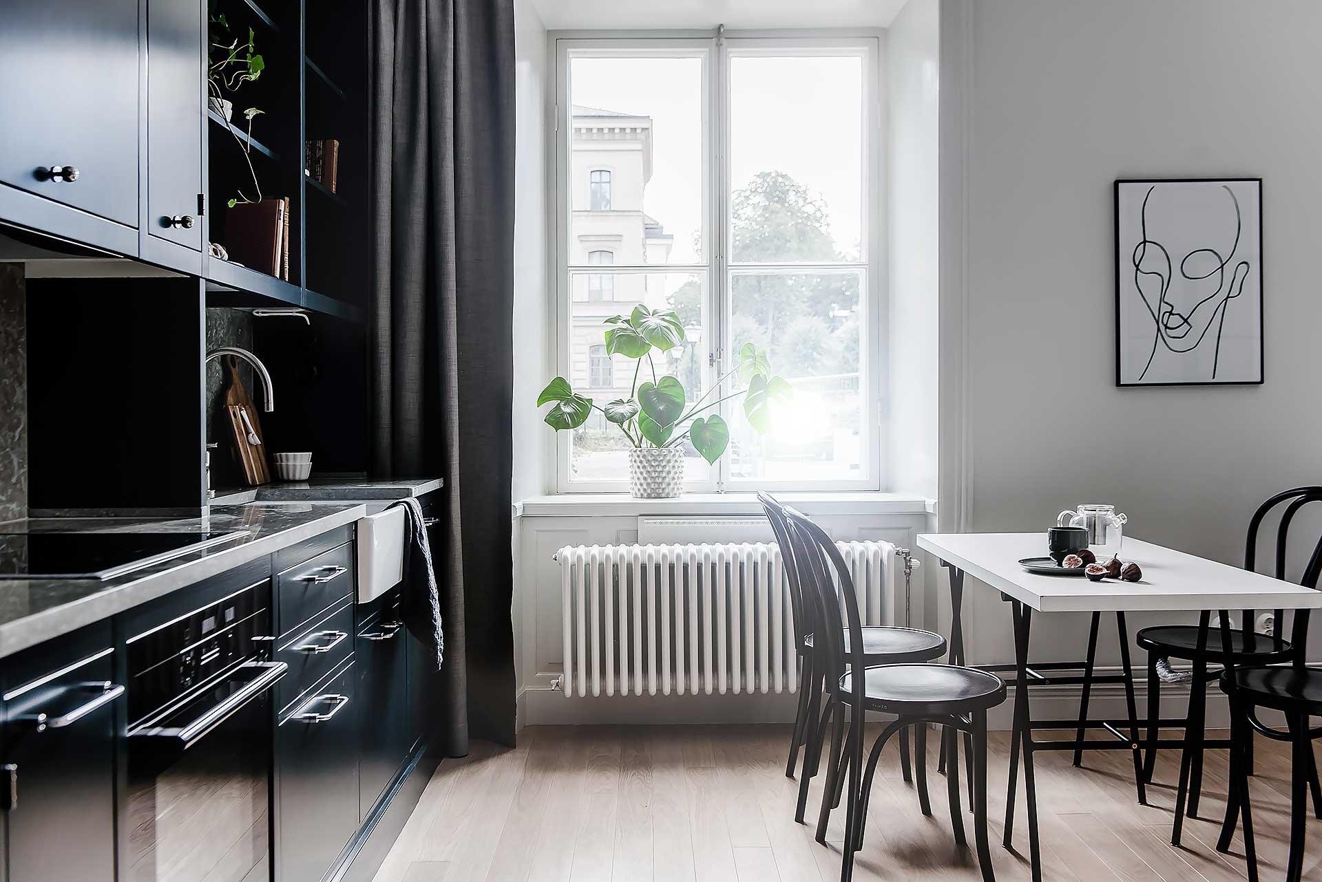 квартира студия кухня мебель темные фасады стол стулья окно шторы