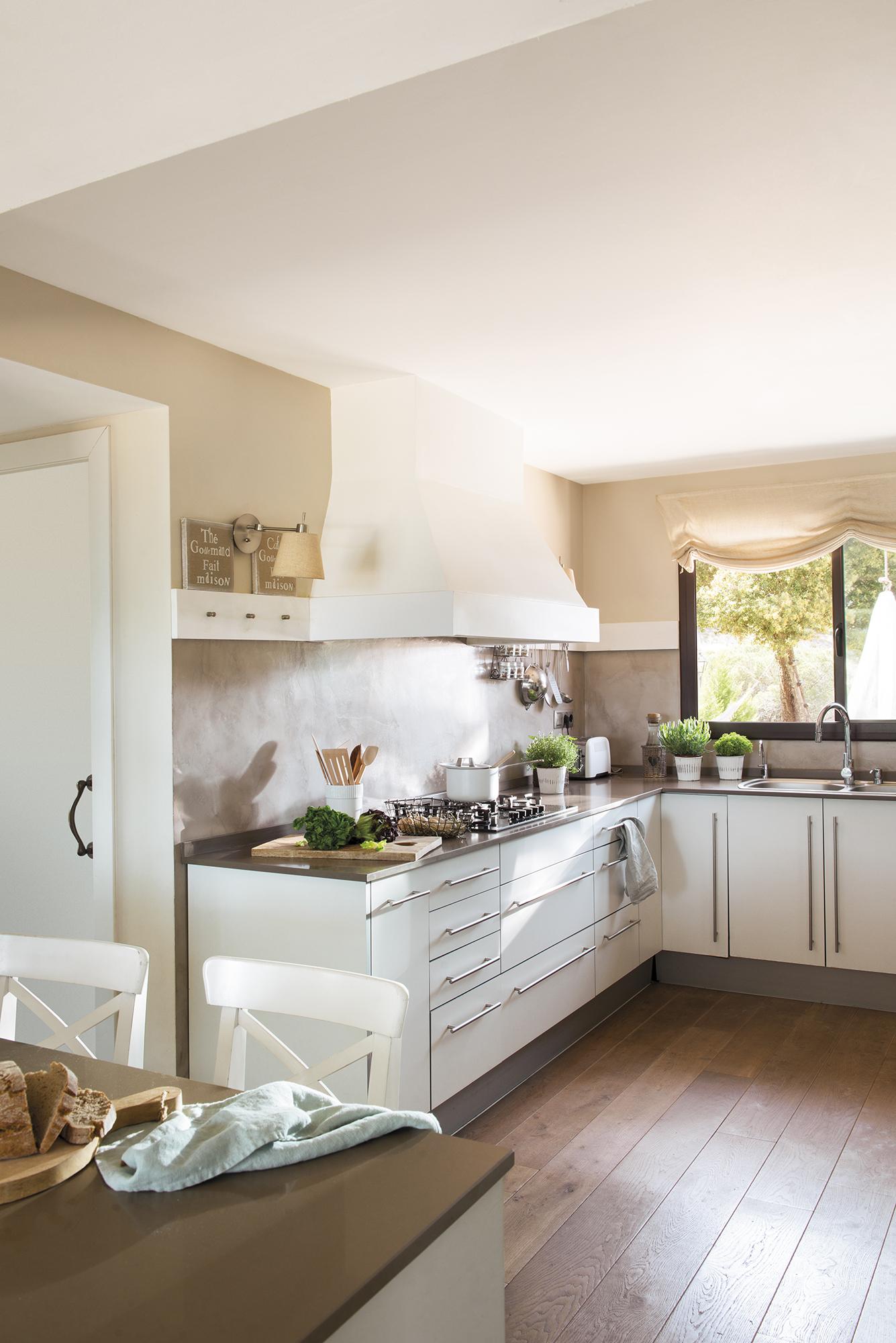 кухня белые фасады плита вытяжка окно мойка смеситель
