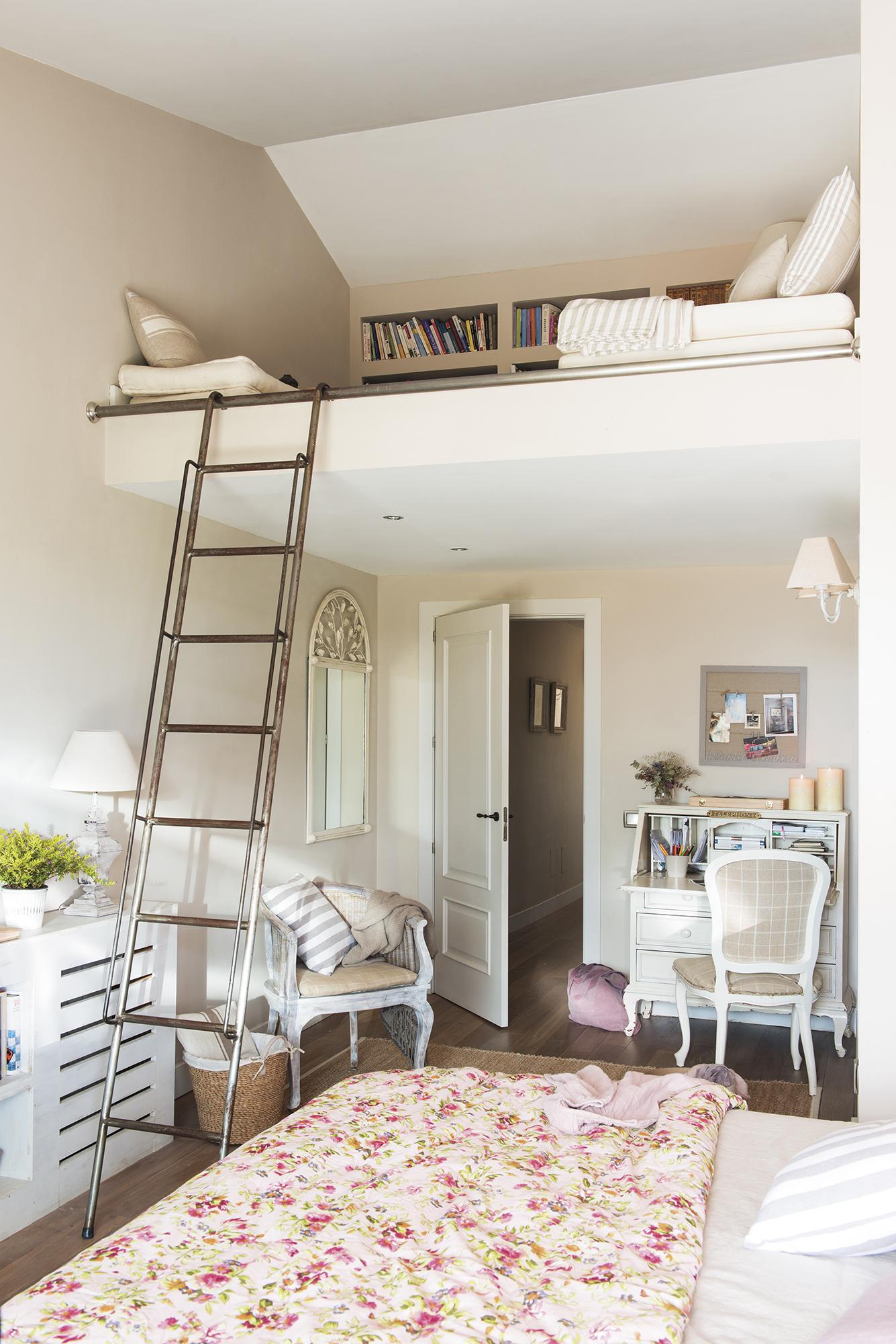 спальня кровать высокий потолок антресоли лесенка