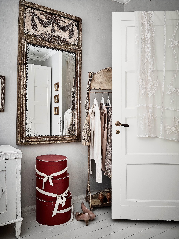 зеркало шляпные коробки напольная вешалка дверь