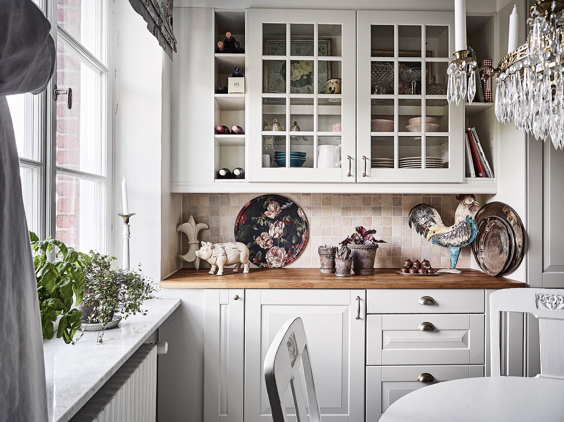 кухня белые стеклянные фасады