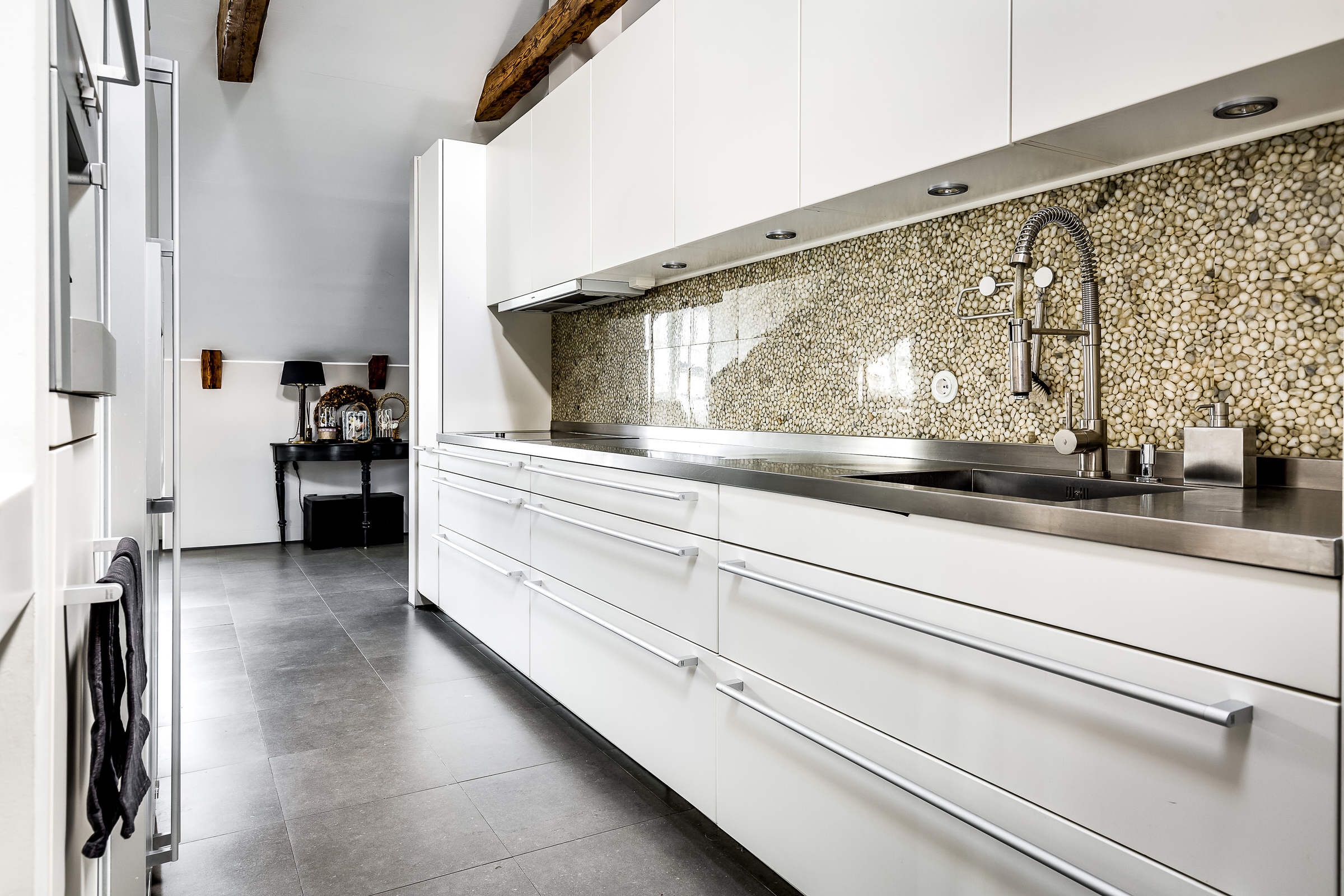 кухня белые фасады золотой фартук