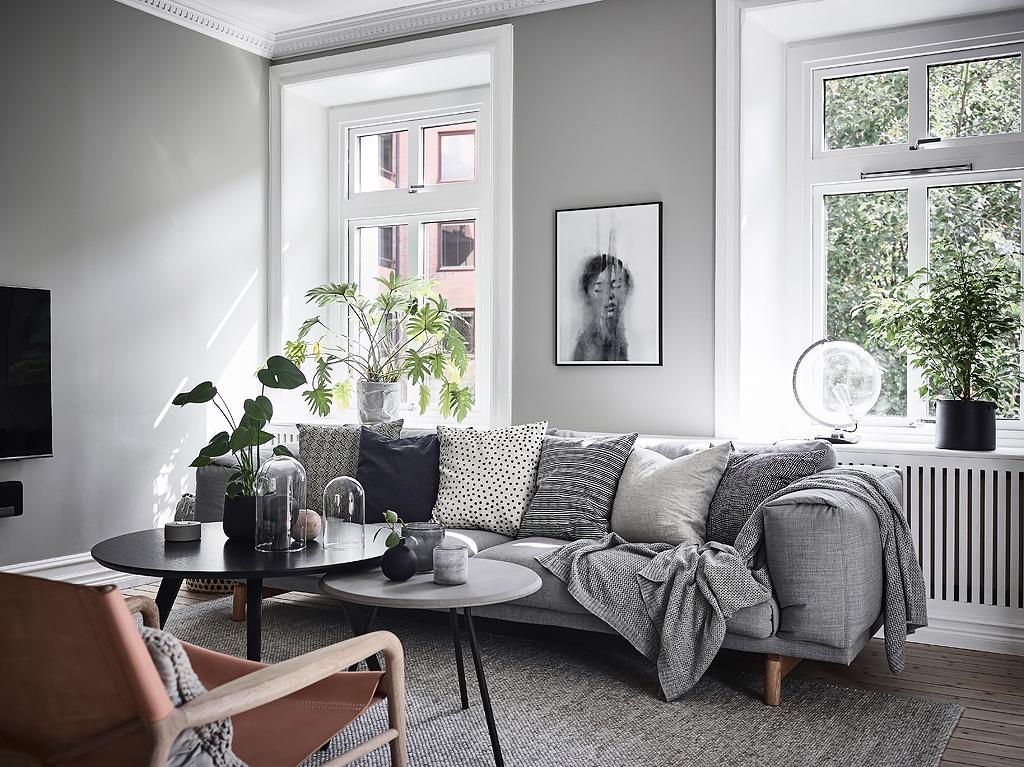 диван подушки окно