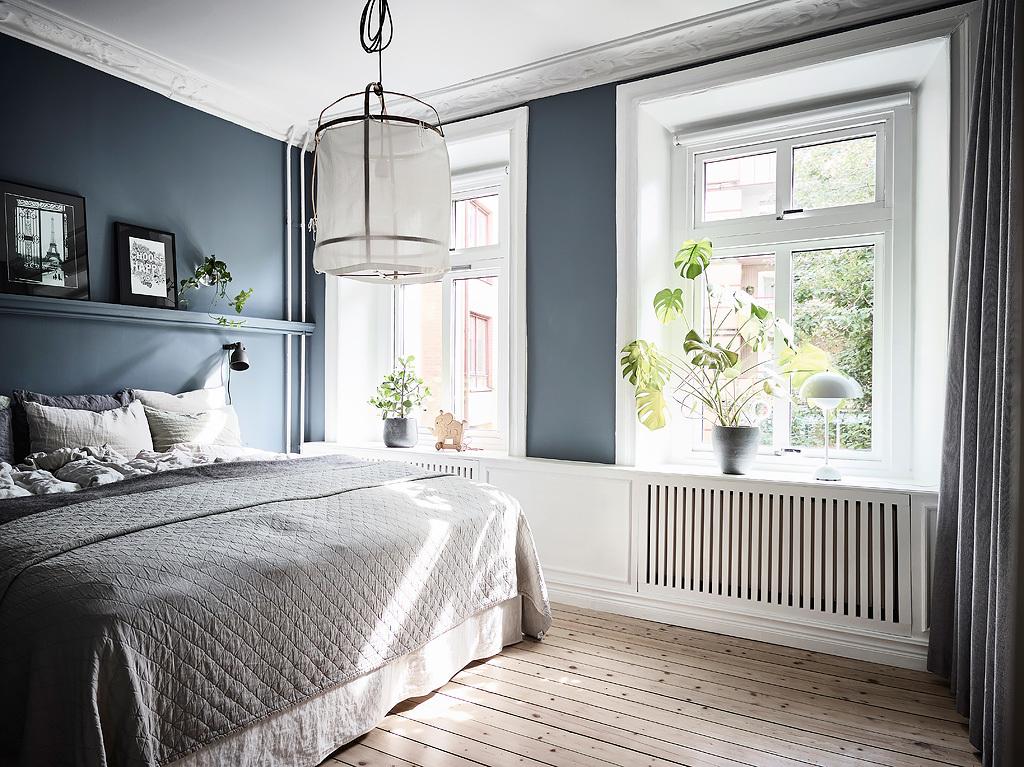 спальня кровать окно подоконник эсмеситель радиатора отопления деревянный пол