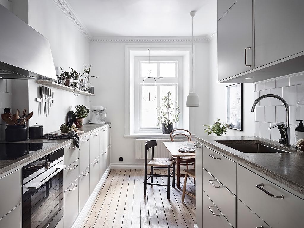 кухня серые фасады белые стены деревянный пол бетонная столешница мойка смеситель
