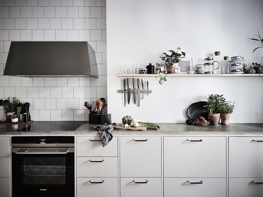 кухня квадратная белая плитка варочная панель духовка вытяжка бетонная столешница