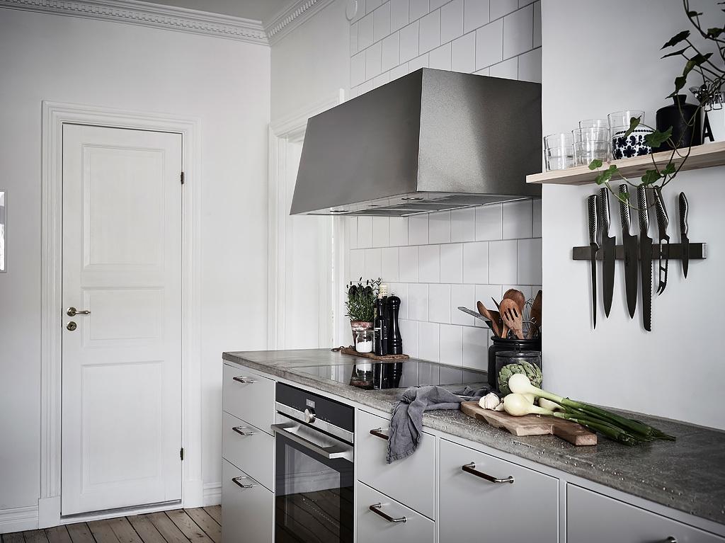 кухня кухонная мебель варочная панель духовка вытяжка белая квадратная плитка