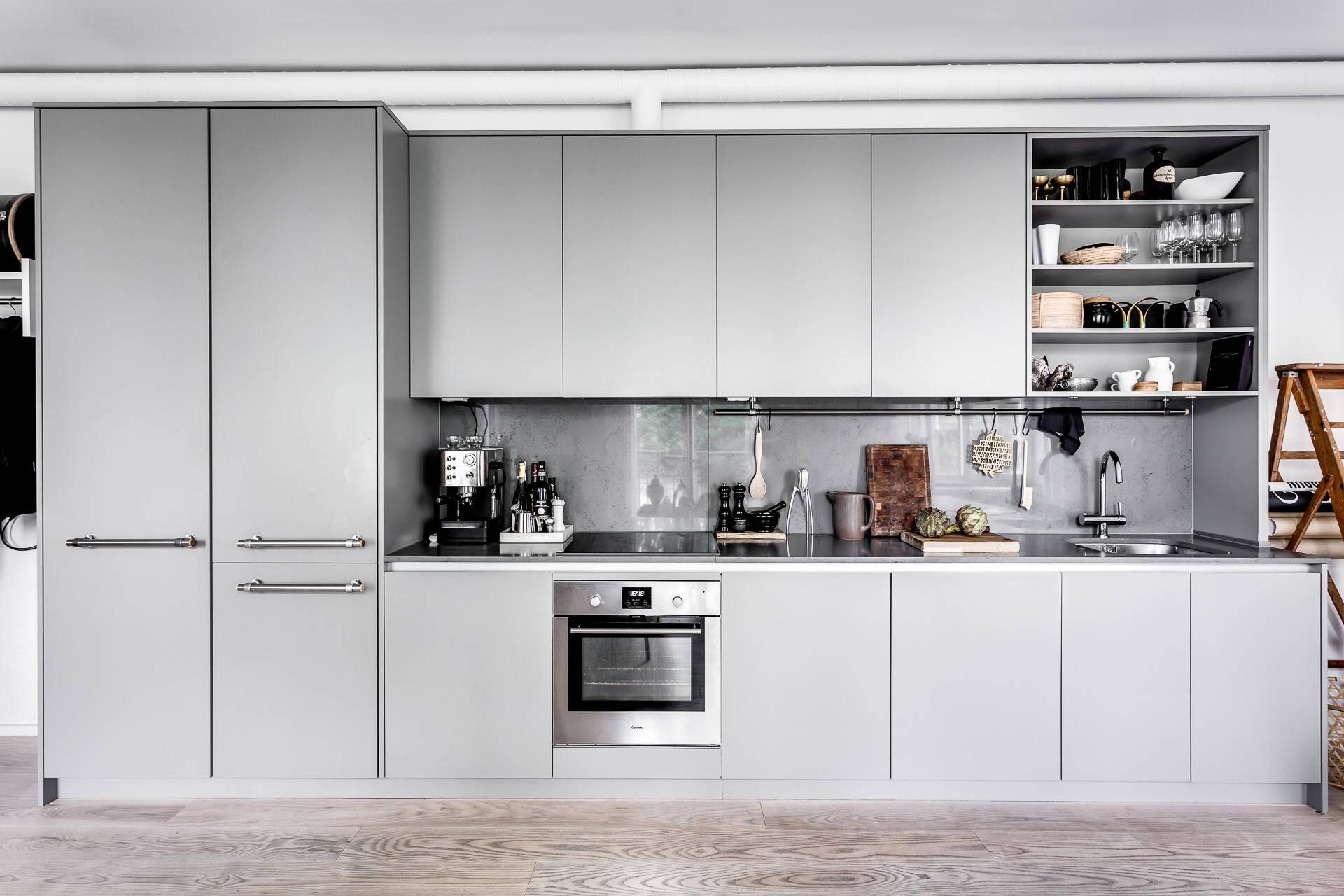 кухня серые фасады встроенный холодильник вытяжка варочная панель духовка