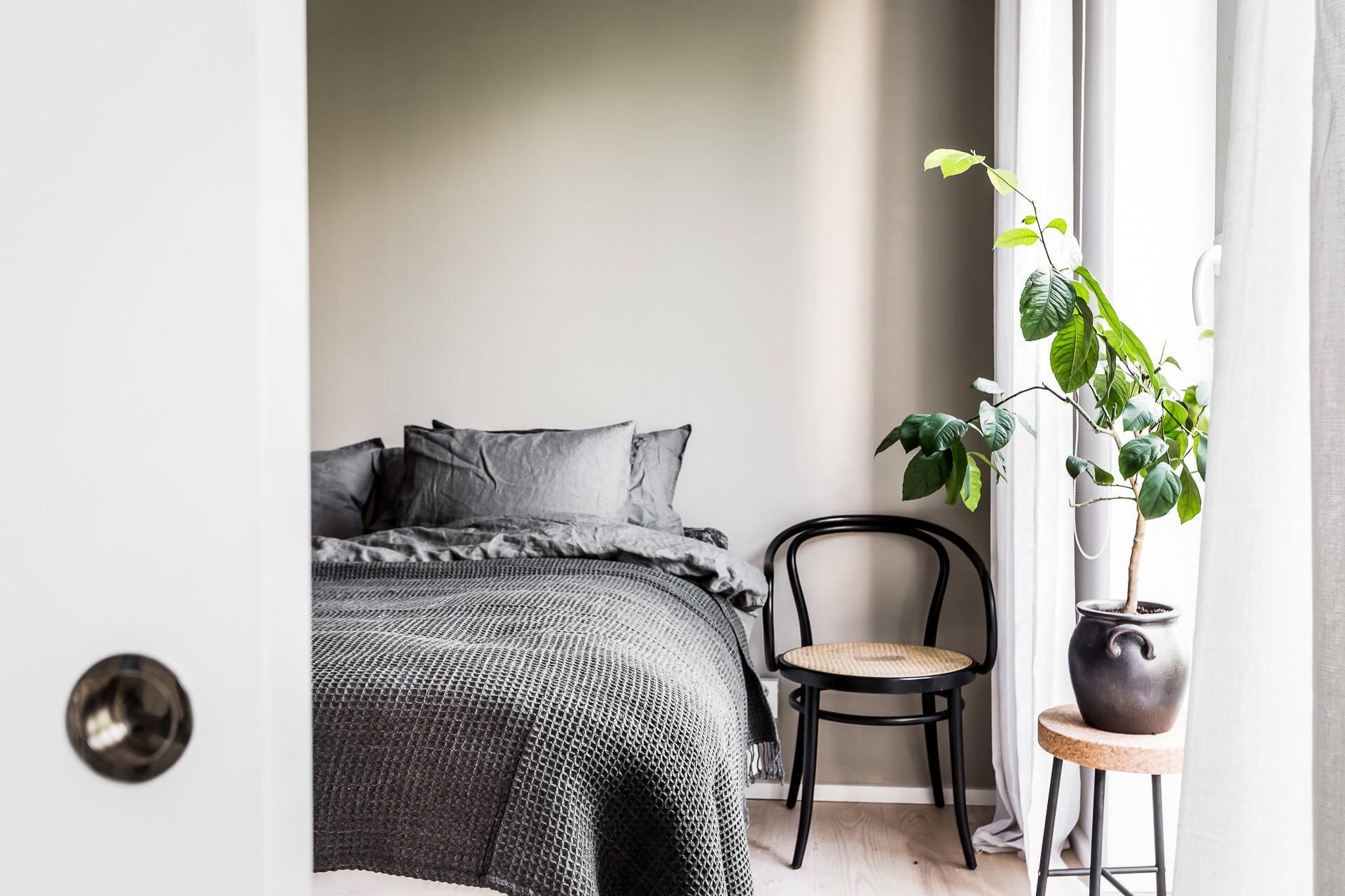 спальня кровать стул