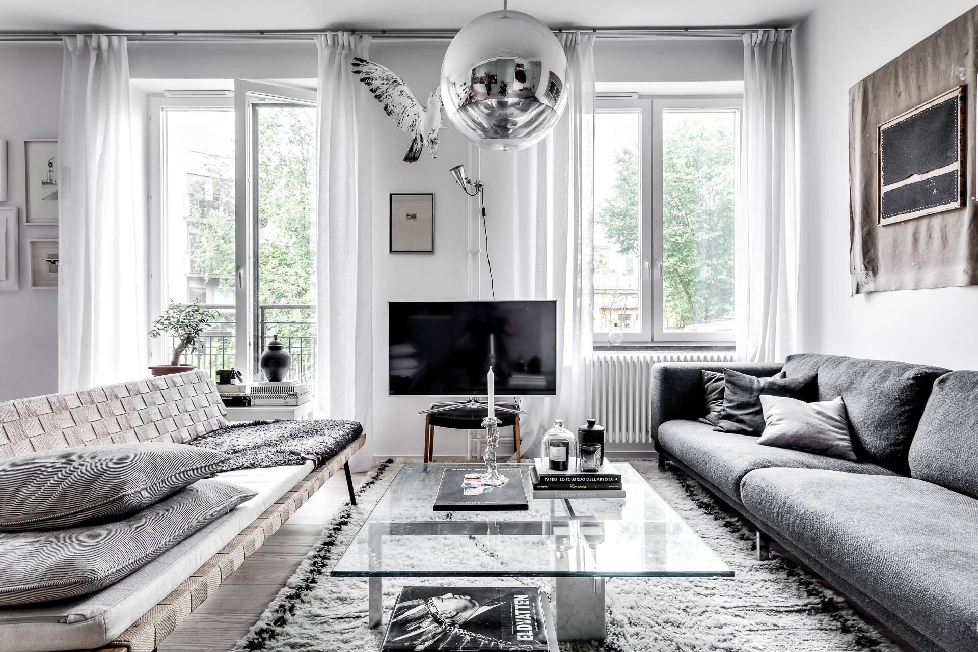 гостиная французские окна белые стены диван телевизор стеклянный стол