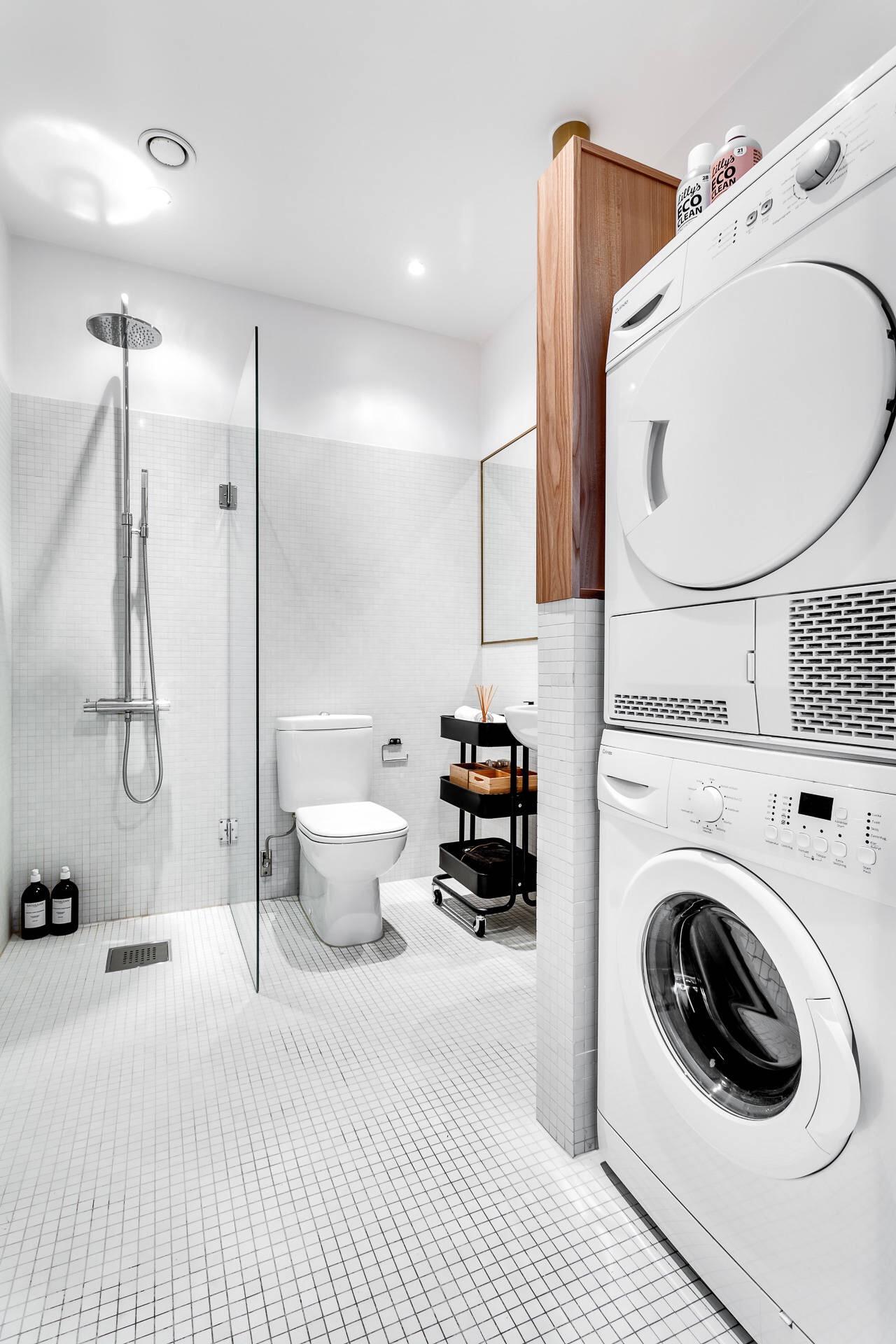 санузел душ стиральная сушильная машина белая плитка