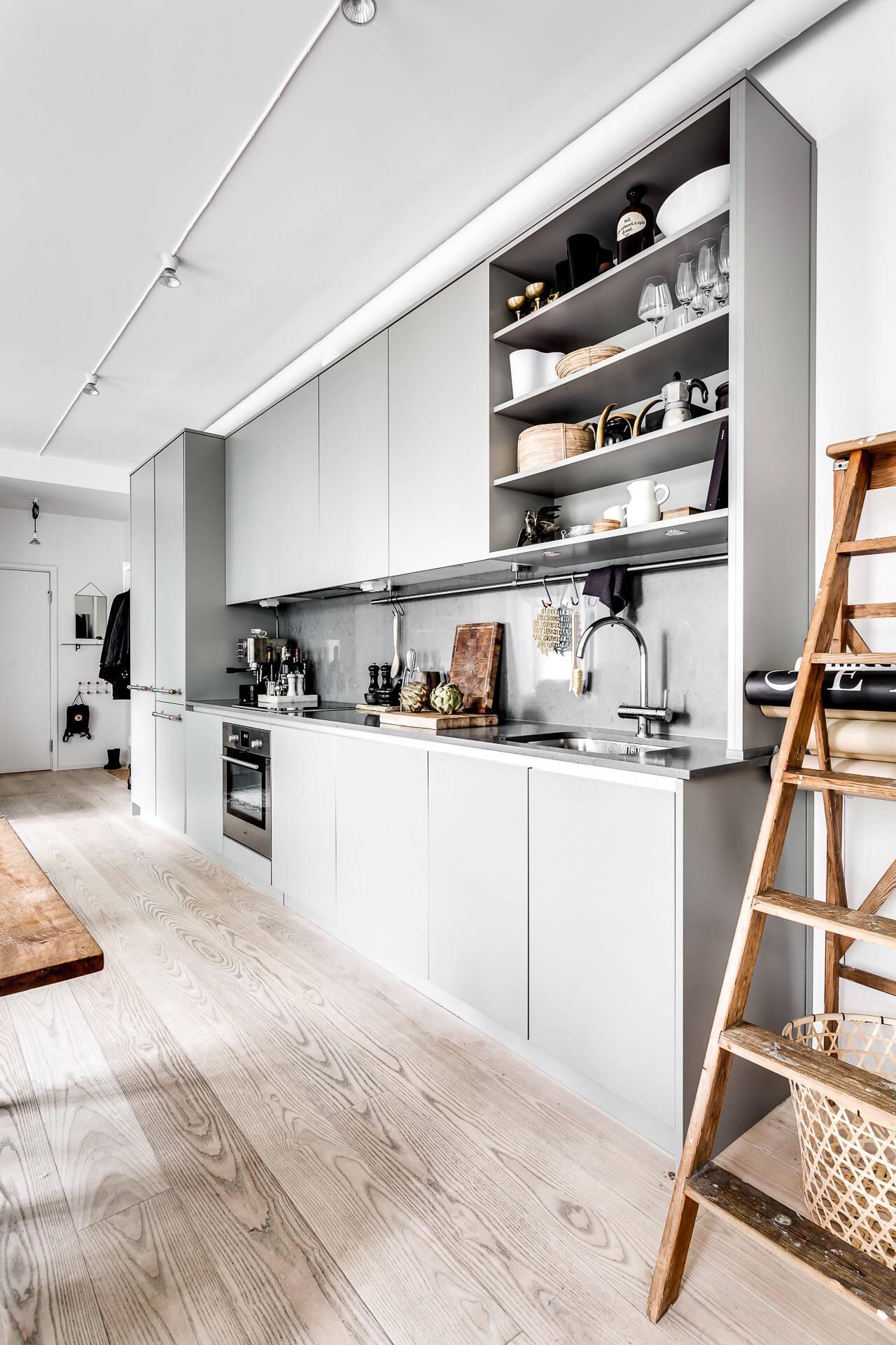 серая кухня деревянный светлый пол белые стены лесенка