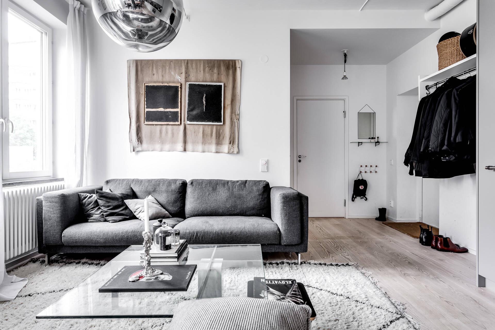 гостиная диван стеклянный стол ковер деревянный пол панно прихожая холл