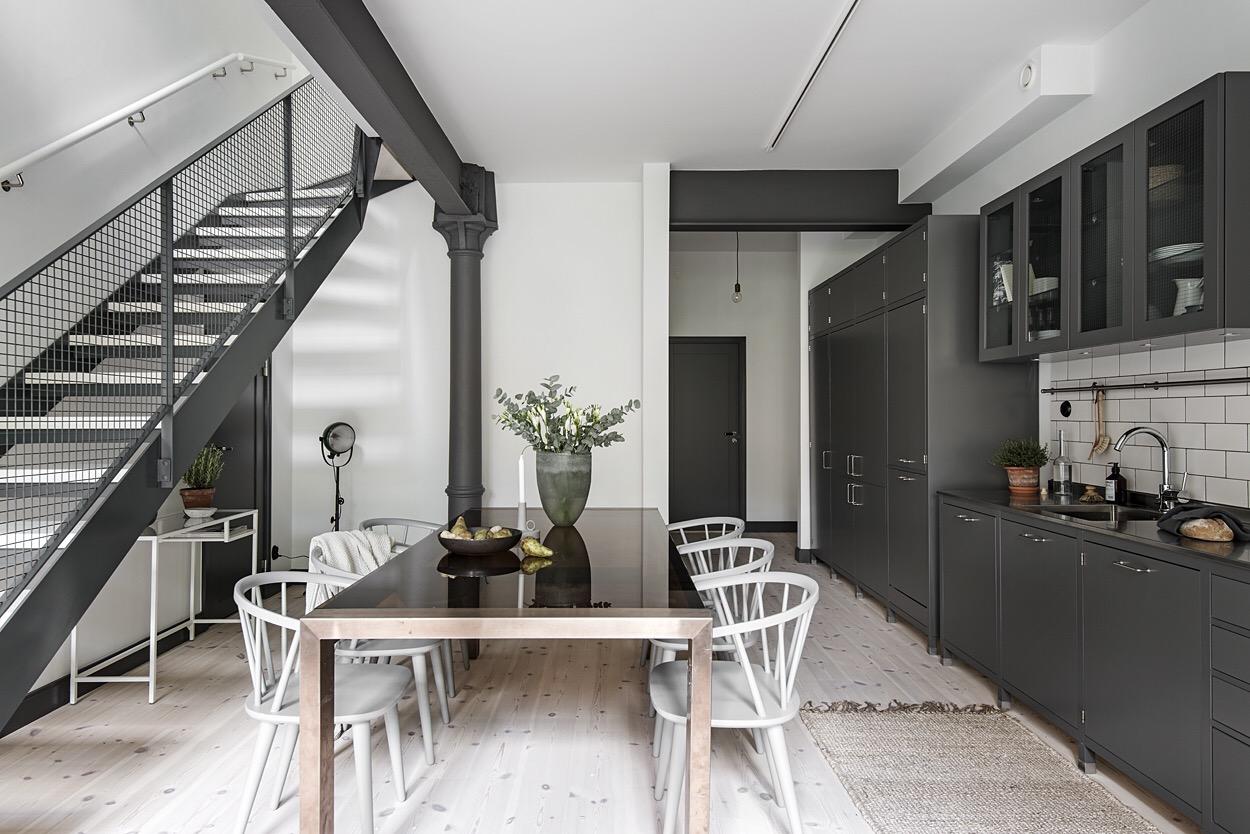 кухня стол стулья лестница балки