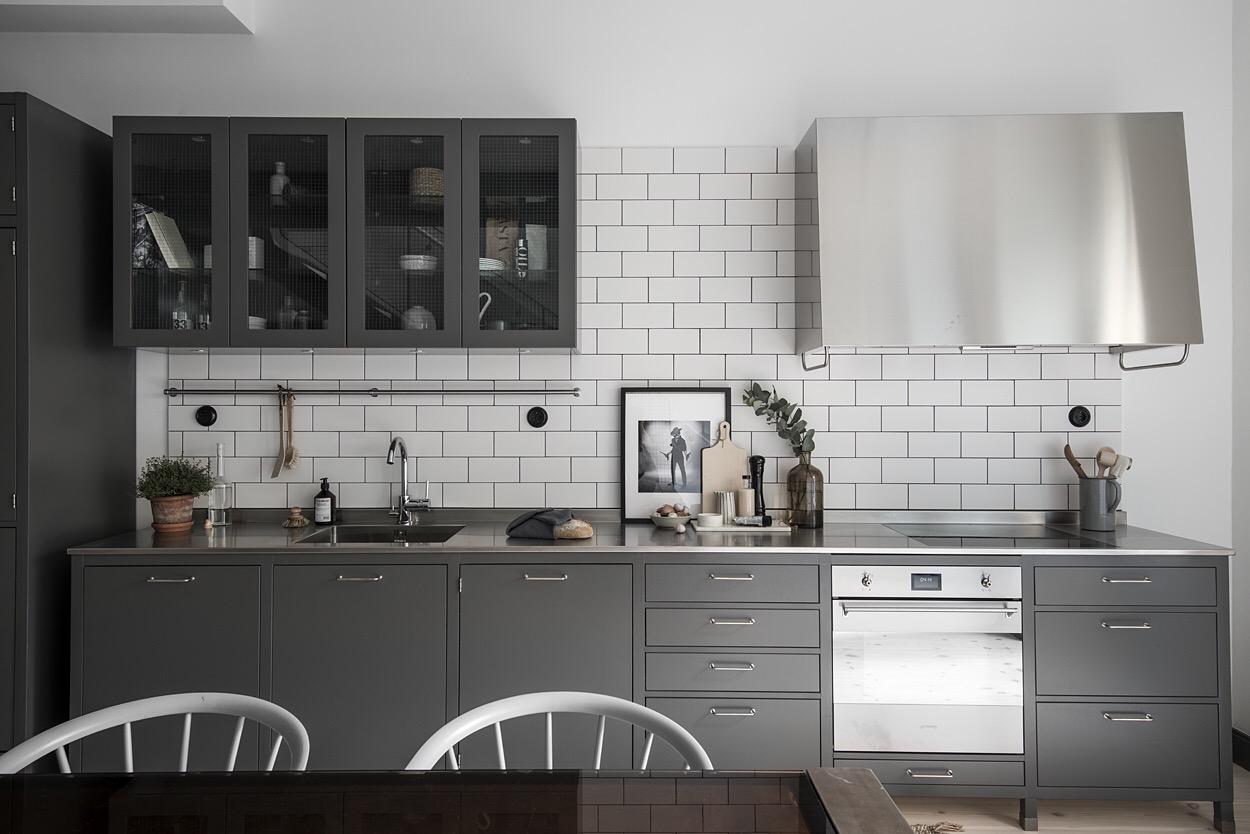 кухня темные фасады  столешница нержавейка плитка кабанчик