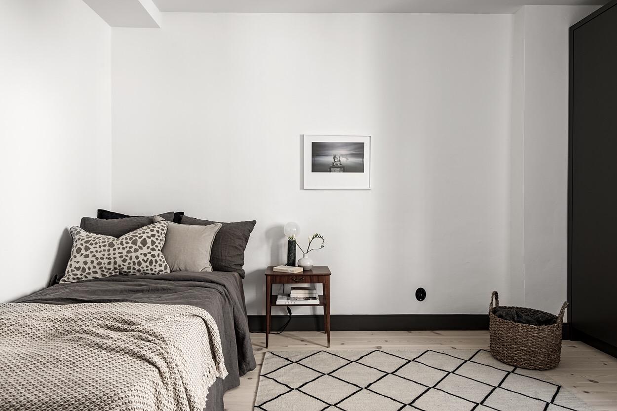 спальня кровать белые стены ковер