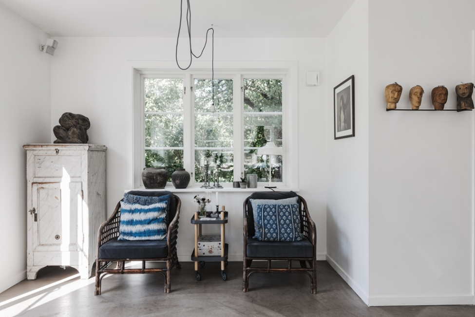 окно кресло подушки комод