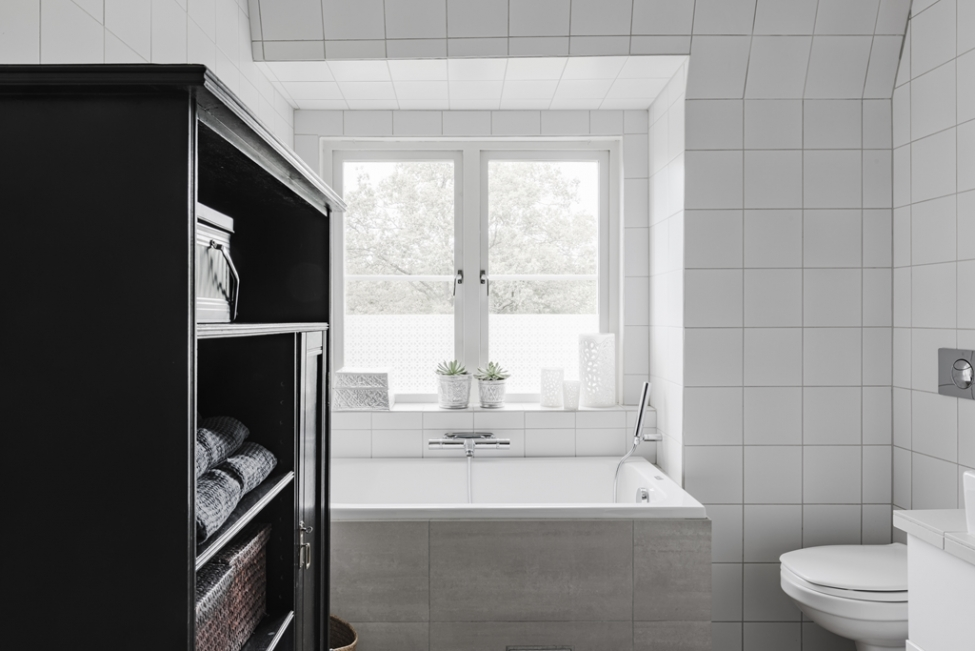 ванная комната окно ванна шкаф
