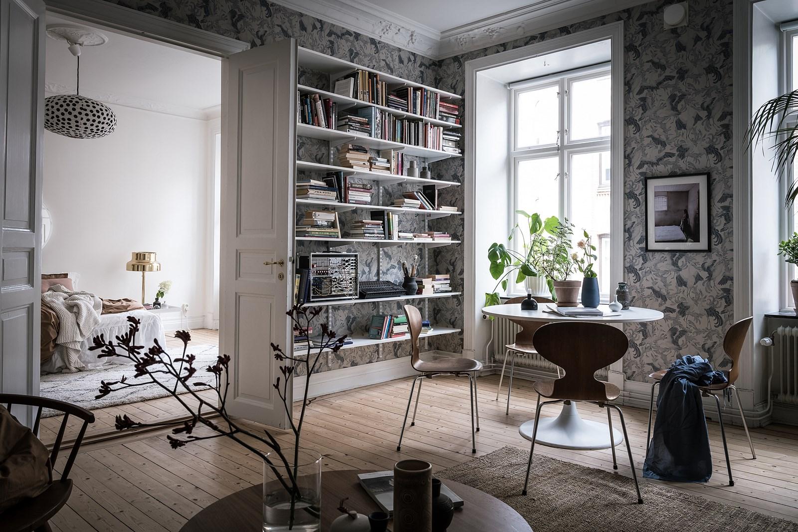 межкомнатный проем книжный стеллаж гостиная деревянный пол