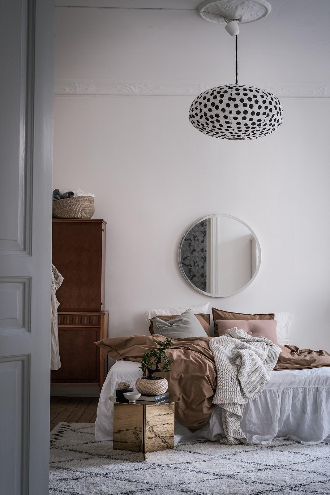 спальня кровать текстиль комод белая дверь